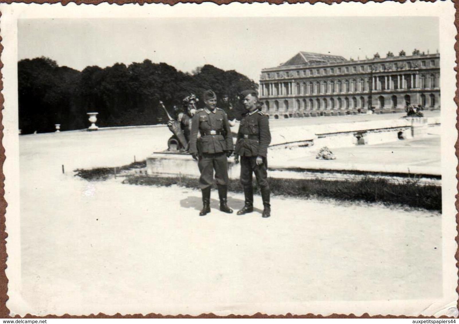 Photo Originale Guerre 1939-45 Soldats Allemands Posant Devant La Statue De Neptune Au Château De Versailles En 1940 - Guerra, Militari