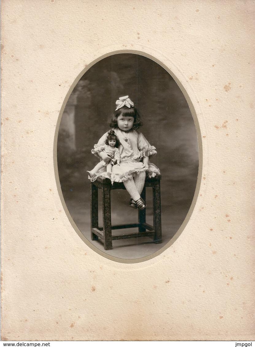 Photo Jolie Petite Fille Avec Sa Poupée - Personas Anónimos