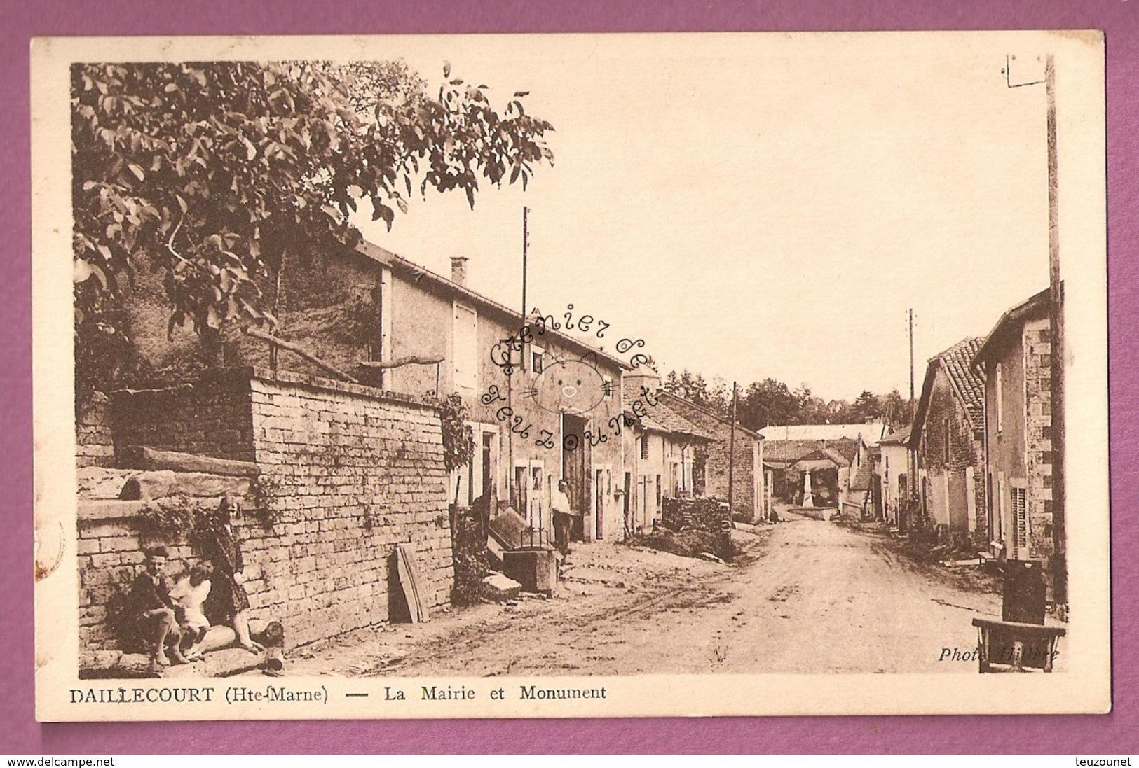 Cp Daillecourt La Mairie Et Le Monument - France