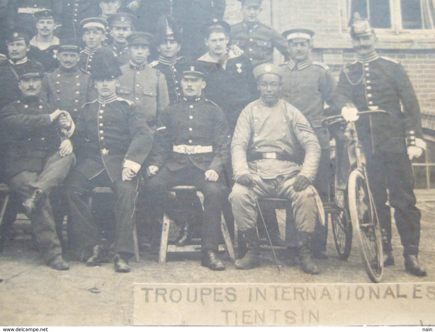 "CHINE - TIENTSIN - CARTE PHOTO - "" TROUPES INTERNATIONALES TIENTSIN "" - POSTE FRANÇAISE + CACHET DE MARINE 1912 "" RARE "" - China"