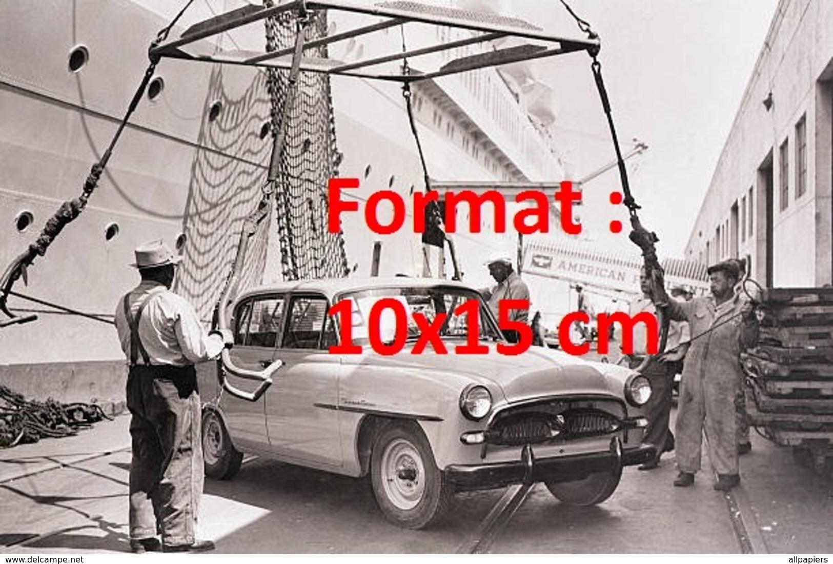 Reproduction D'une Photographie Ancienne D'une Sedan Prête à être Chargée Sur Un Paquebot - Reproductions