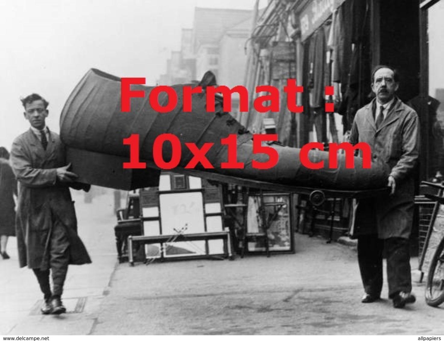 Reproduction D'une Photographie Ancienne De Deux Hommes Portant Une Chaussuregéante En 1931 - Reproductions