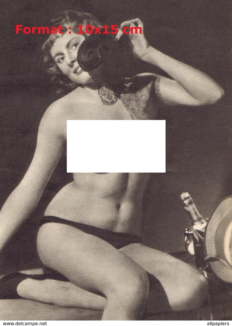 Reproduction D'une Photographie Ancienne D'une Jeune Femme Poitrine Nue Tenant Un Masque Noir - Reproductions