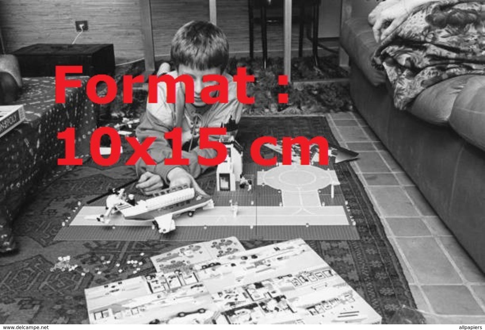 Reproduction D'une Photographie Ancienne D'un Enfant Jouant Avec Un Avion Sur Aéroport Fabriqué En Lego En 1986 - Riproduzioni