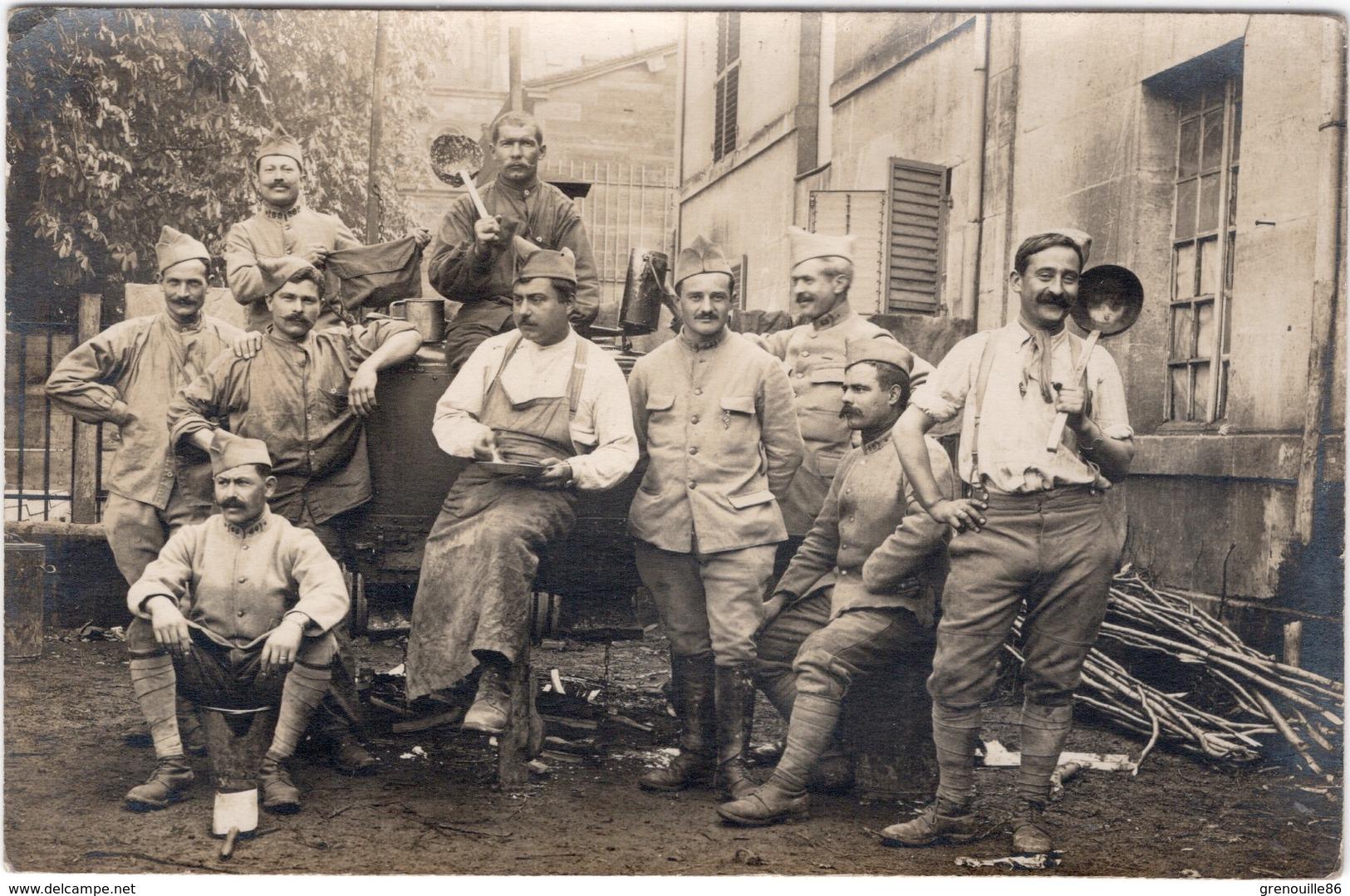 Carte Photo  MILITARIA  Groupe De Soldats En Cuisine Ou à La Soupe - 68 écrit Sur Le Col De L'un D'eux - Regimente