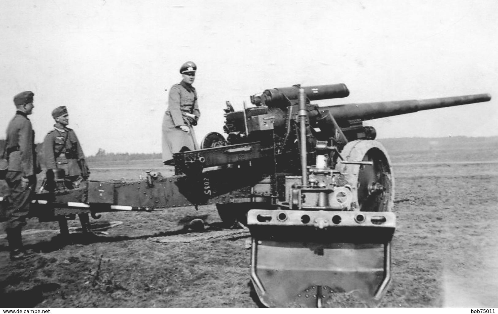 Retirage Avec Agrandissement D'une Photo D'un Officier Allemand Avec Deux Soldat A Coté D'un Canon En 39-45 - Guerre, Militaire