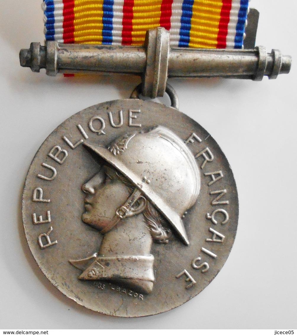 MÉDAILLE POMPIER DECORATION HOMMAGE AU DÉVOUEMENT 1935. - France