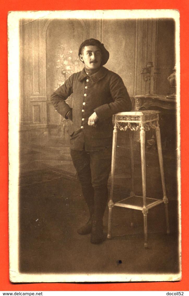 CPA Carte Photo D'un Militaire Chasseur Alpin Chez Le Photographe - Regiments