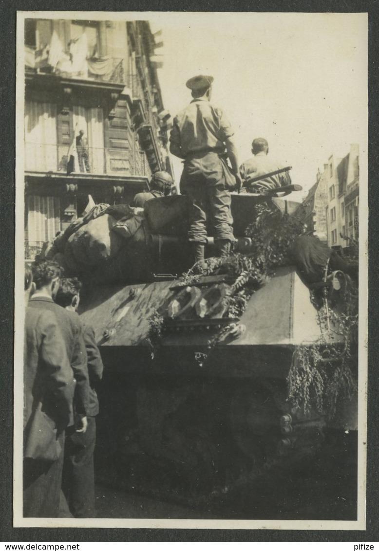 Guerre De 1939-45 . Libération De Paris . Soldats Sur Un Char . - Guerre, Militaire