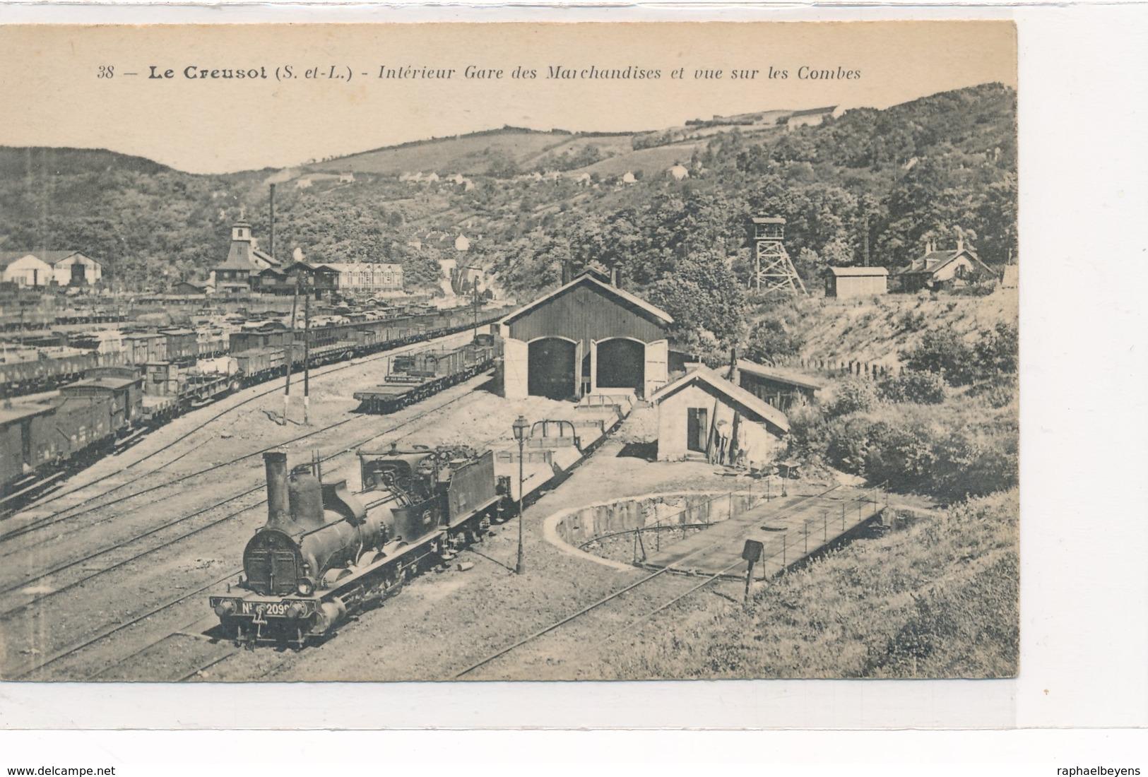CPA 38. Le Creusot Intérieur Gare Des Marchandises Et Vue Sur Les Combes - Le Creusot
