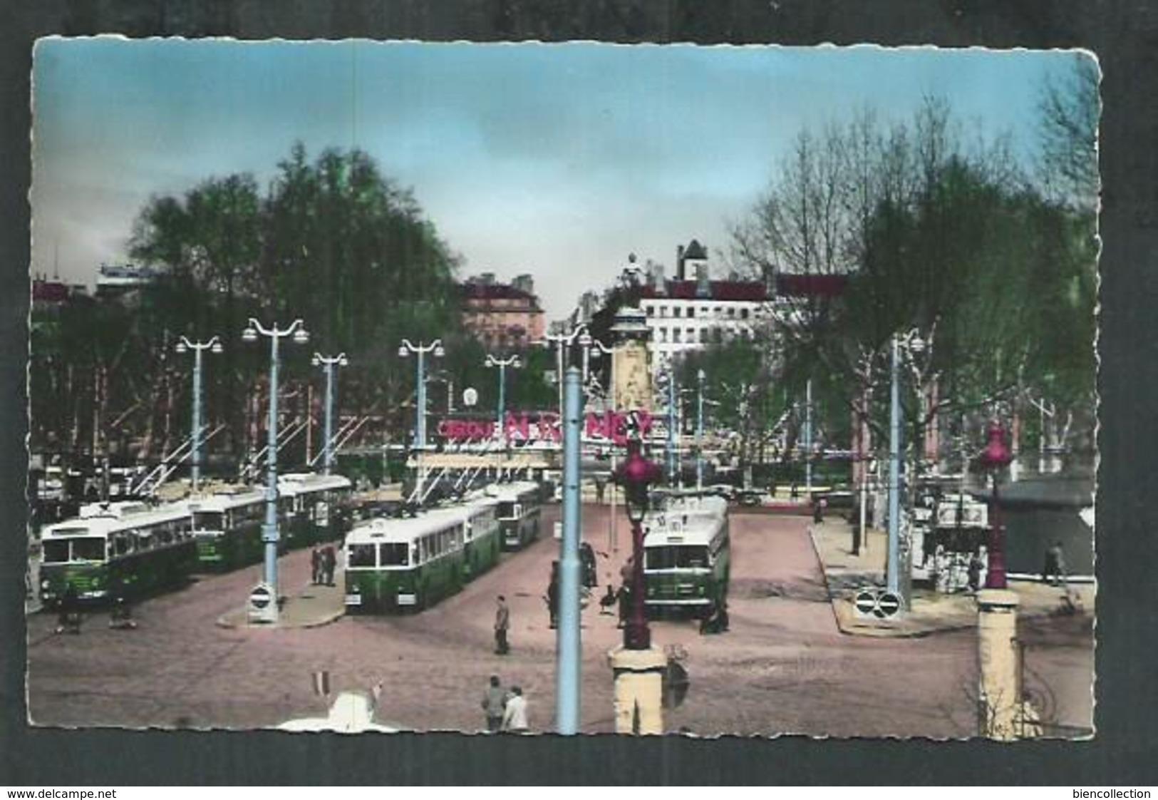 Rhône. Lyon La Place Carnot Et  Les Trolleybus - Cartes Postales