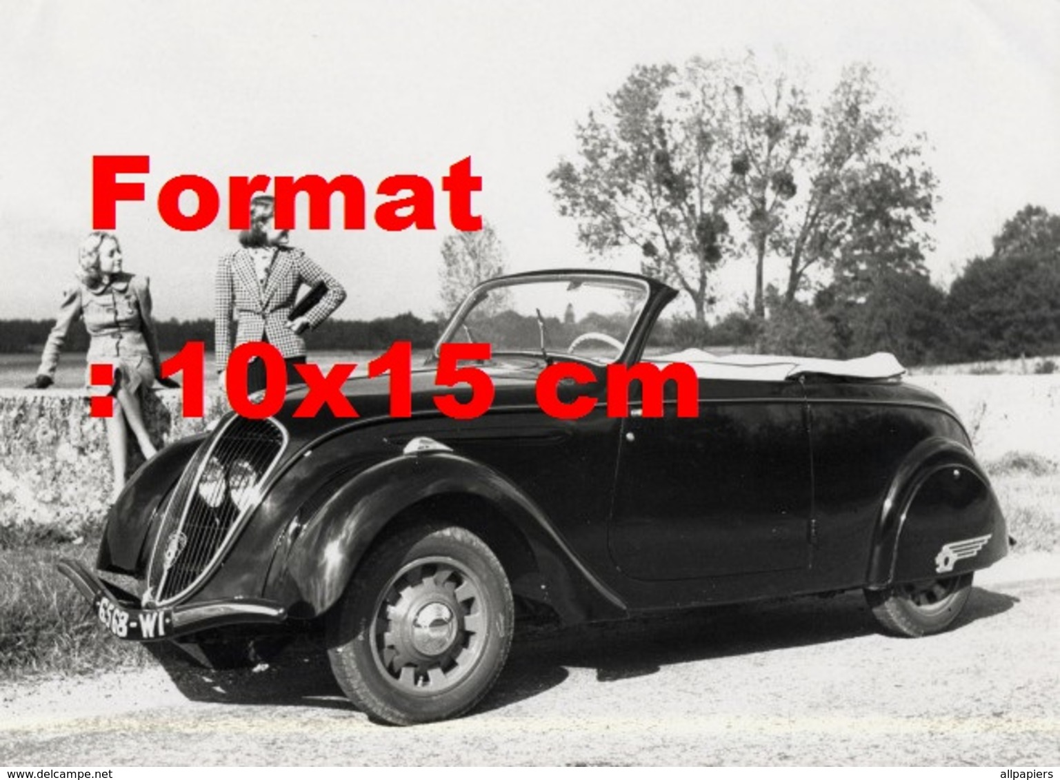 Reproduction D'une Photographie Ancienne De Deux Femmes Posant Près D'une Peugeot 202 Cabriolet - Repro's