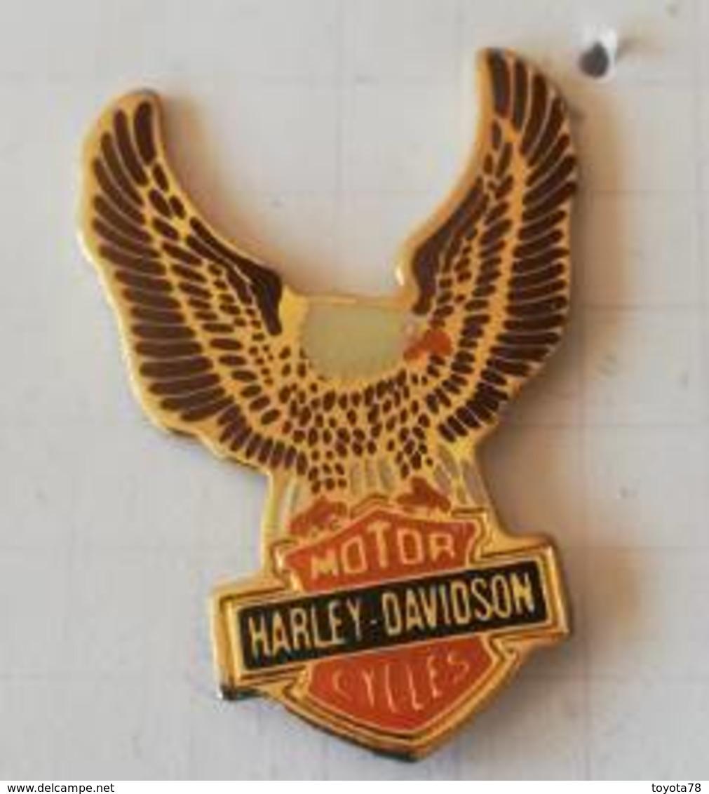 Pin's - HARLEY-DAVIDSON  Motor Cycles - Ailes Dorées Et Tête De Mort - Motorfietsen