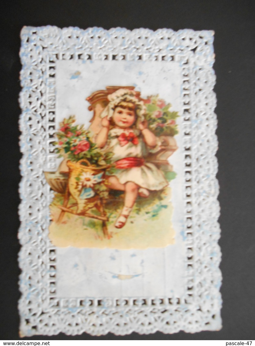 Petite Fille Assise Avec Des Fleurs Découpée Et Collée Sur Carte Ajourée - Gaufrée - Enfants