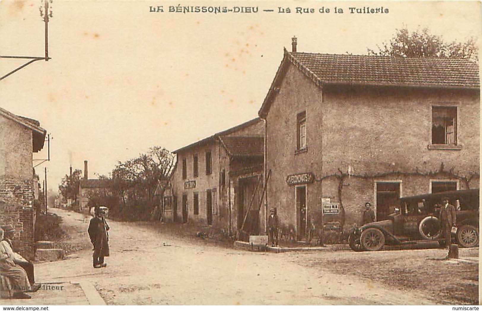 Cpa LA BENISSONS DIEU 42 La Rue De La Tuilerie - Voiture FAVARD, Économats Du Centre, Café Dury (  La Petite Camargue ) - Otros Municipios
