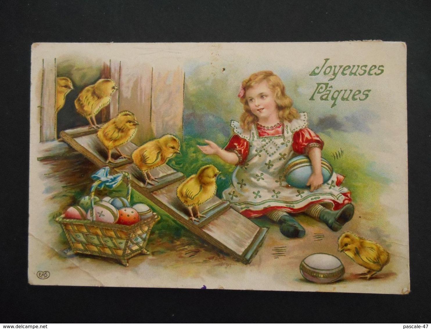 Petite Fille Assise Avec Des Oeufs Colorés Devant Poulailler Avec Des Poussins - Brillante - Kinderen