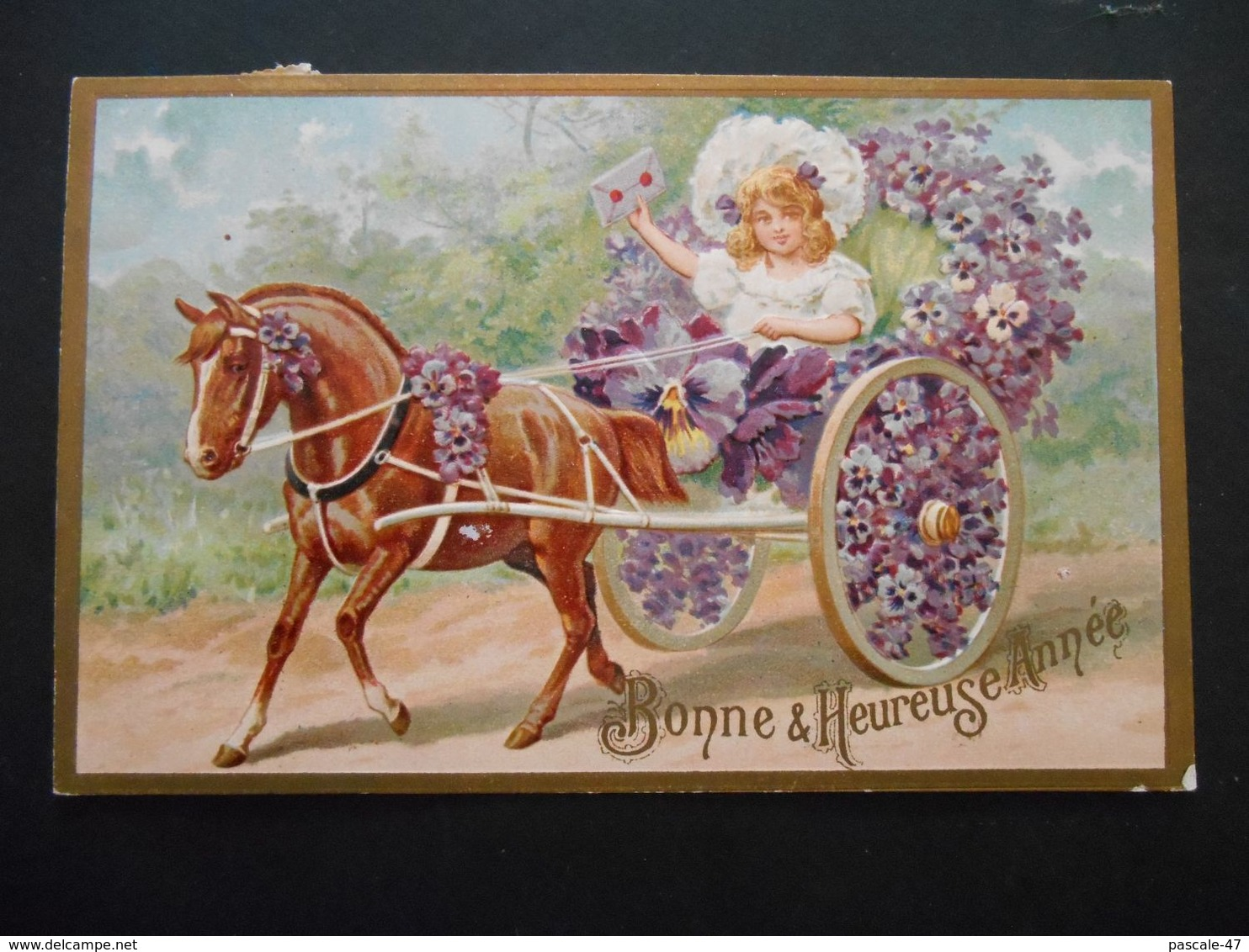 Petite Fille Avec Lettre Dans Carriole Pleine De Fleurs Violettes Tirée Par Un Cheval Marron- Gaufrée - Série 3119 - Enfants