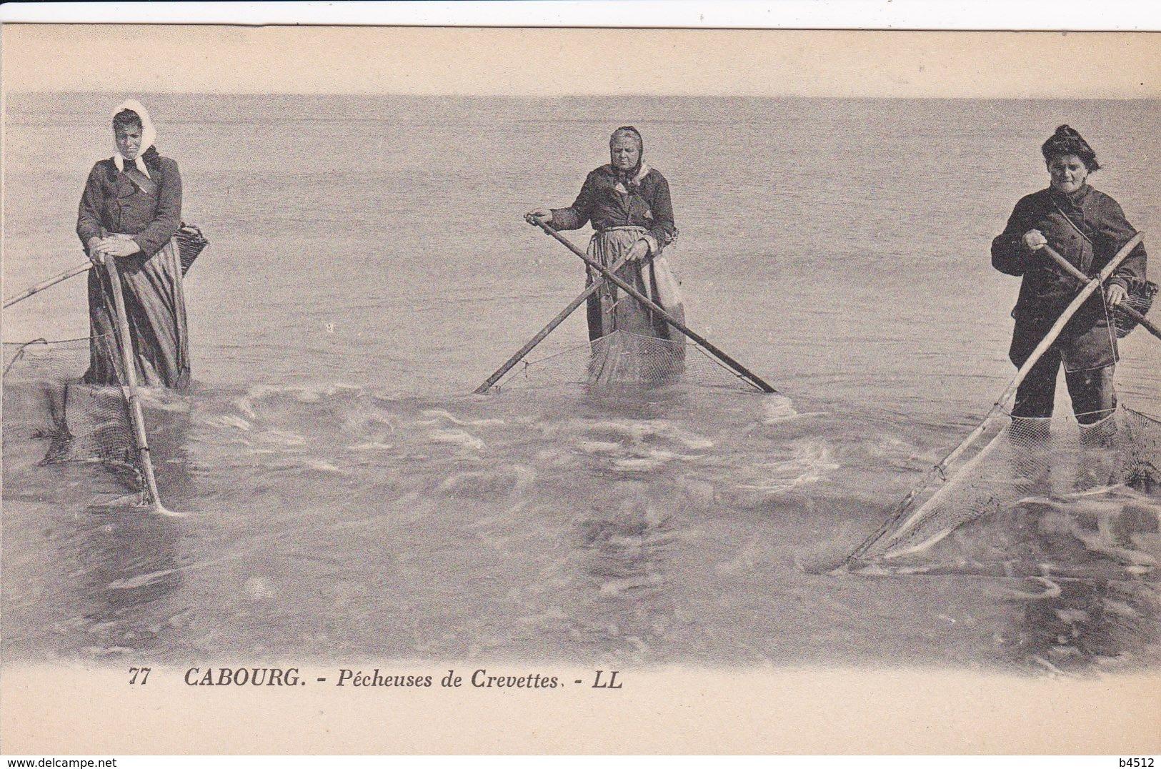 14 CABOURG Pêcheuses De Crevettes Avec Filets ,métier De La Mer - Cabourg