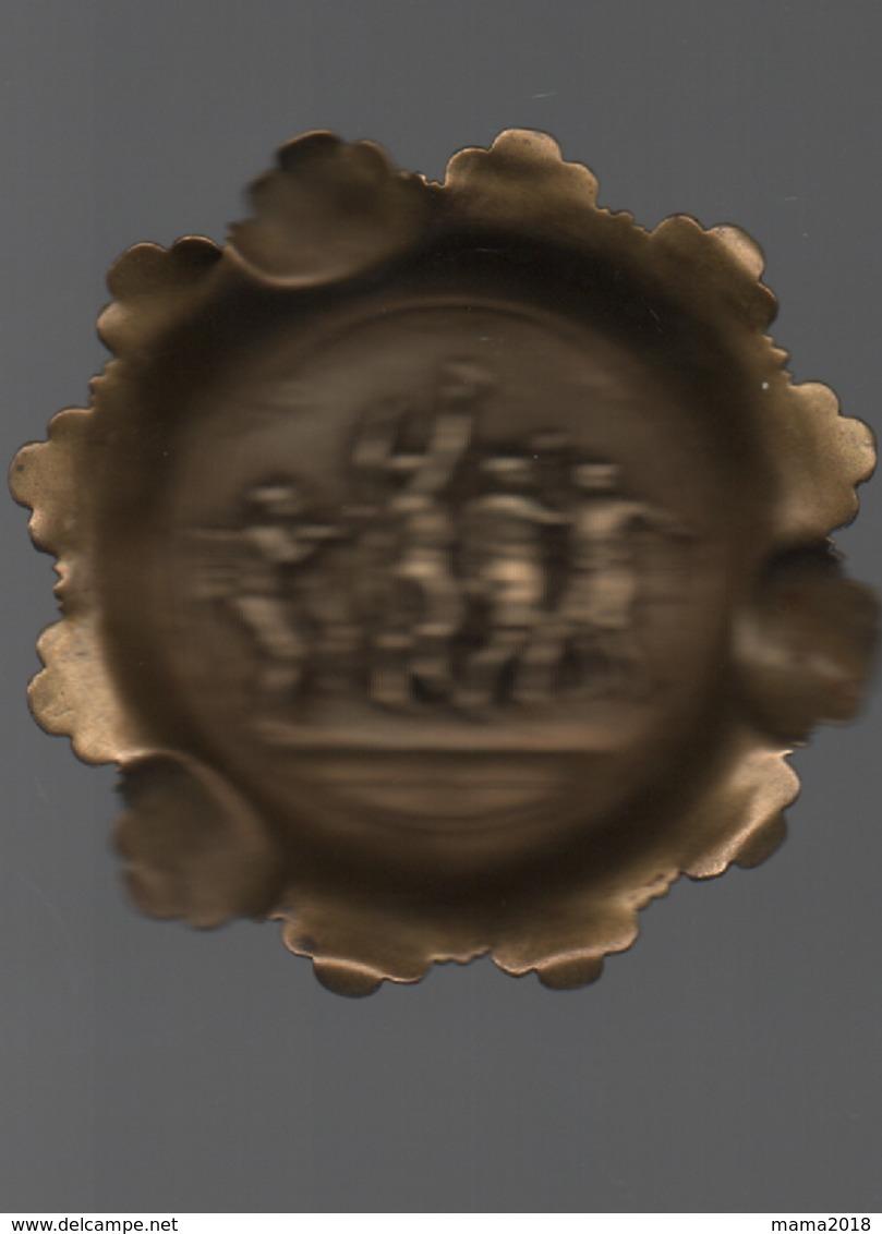 Ancien Cendrier En Cuivre  Décor Joueurs Ballon Ovale - Autres