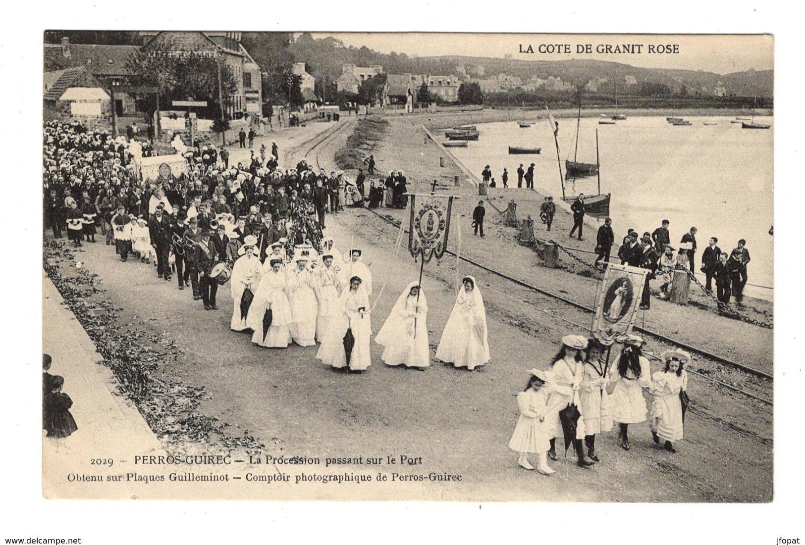 29 FINISTERE - PERROS GUIREC La Procession Passant Sur Le Port - Autres Communes