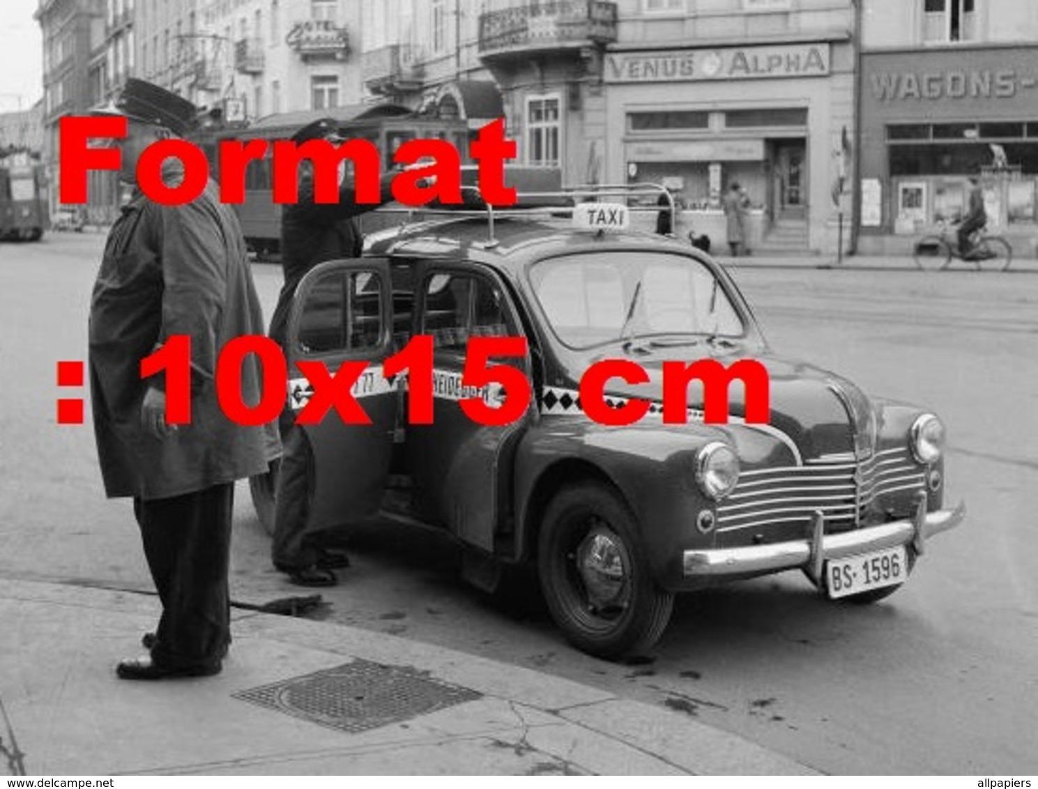 Reproduction D'une Photographie Ancienne D'un Chauffeur Mettant Une Valise Sur Un Petit Taxi à Bâle En Suisse En 1952 - Repro's