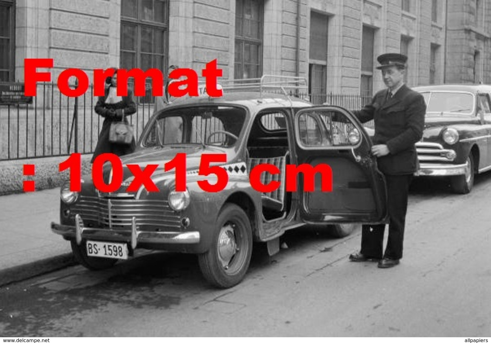 Reproduction D'une Photographie Ancienne D'un Petit Taxi Avec Conducteur Ouvrant La Porte à Bâle En 1952 - Repro's