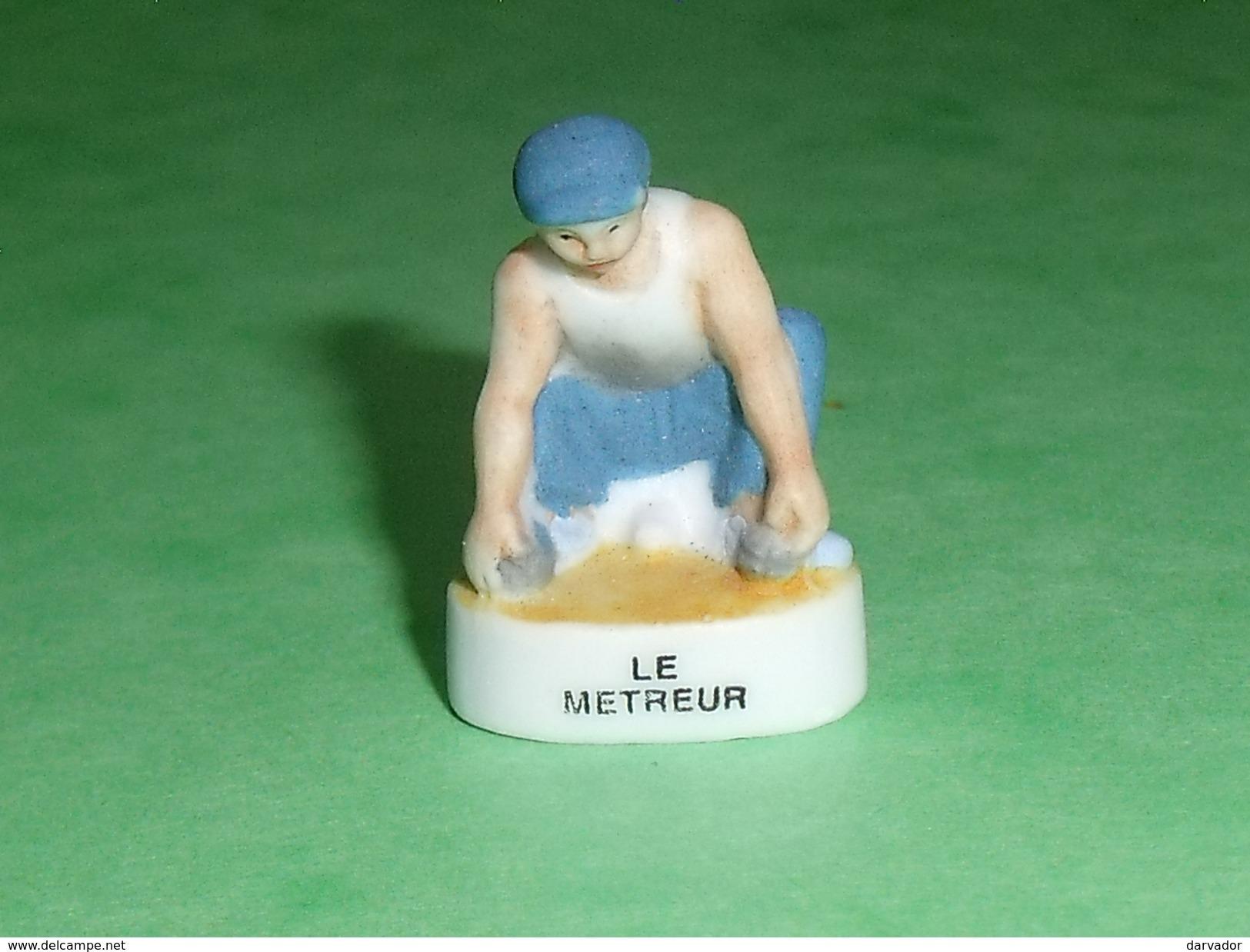 """Fèves / Sports :  Le Joueur De  Pétanque , Boules , Le Metreur """" Mat """"   T16 - Sport"""
