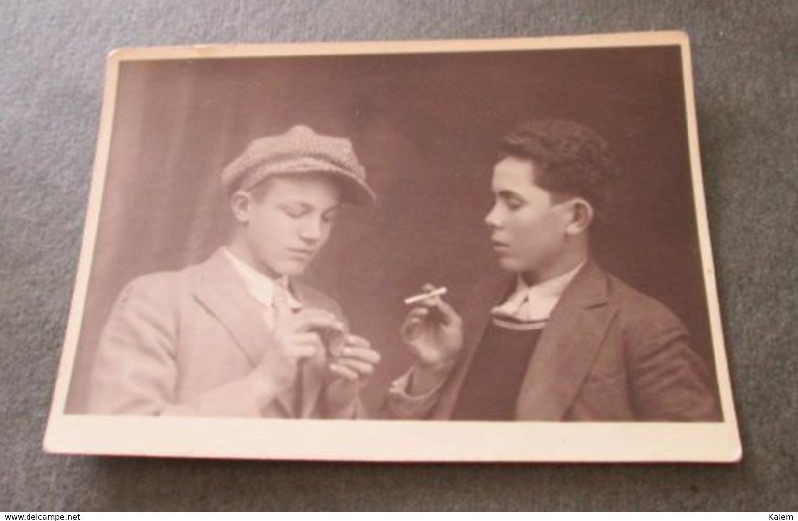 2 YOUNG BOYS SMOKING  , 2 JEUNES GARÇONS FUMANT, PHOTO FROM 1932  ORIGINAL PHOTO - Personnes Anonymes