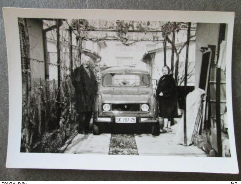 3 PHOTOS, MEN AND WOMAN WITH RENAULT CAR,HOMMES ET FEMMES AVEC VOITURE RENAULT, ORIGINAL PHOTO - Personnes Anonymes