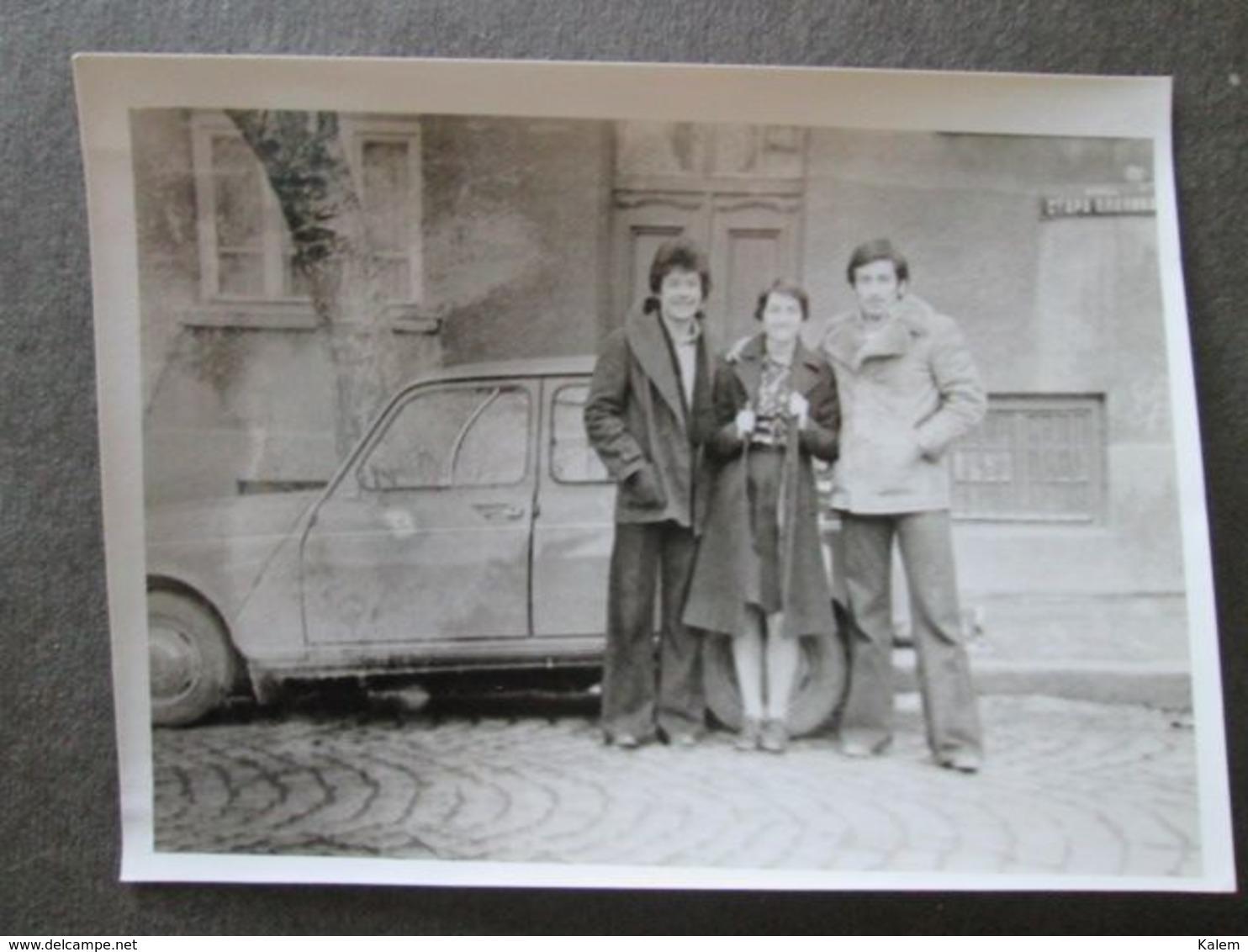 GROUP PHOTO WITH RENAULT CAR,PHOTO DE GROUPE AVEC RENAULT CAR, ORIGINAL PHOTO - Personnes Anonymes