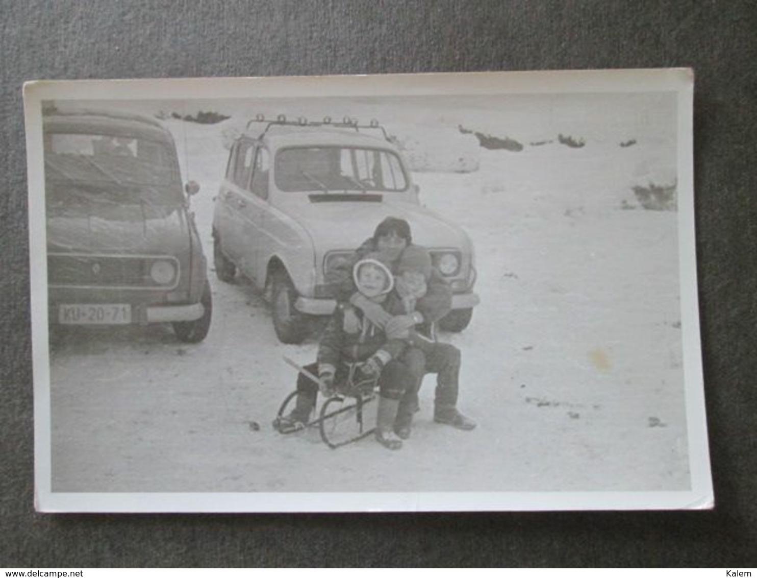 WOMAN AND KIDS WITH RENAULT CARS, FEMME ET ENFANTS AVEC DES VOITURES RENAULT, ORIGINAL PHOTO - Personnes Anonymes