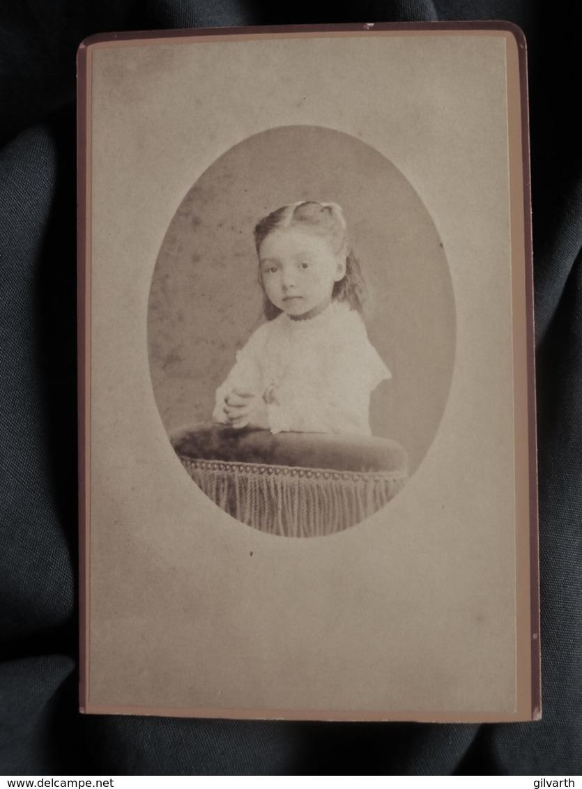 Photo CDV  Touzery à Orléans  Portrait Fillette  Mains Jointes Sur Un Prie Dieu  CA 1880 - L515 - Antiche (ante 1900)