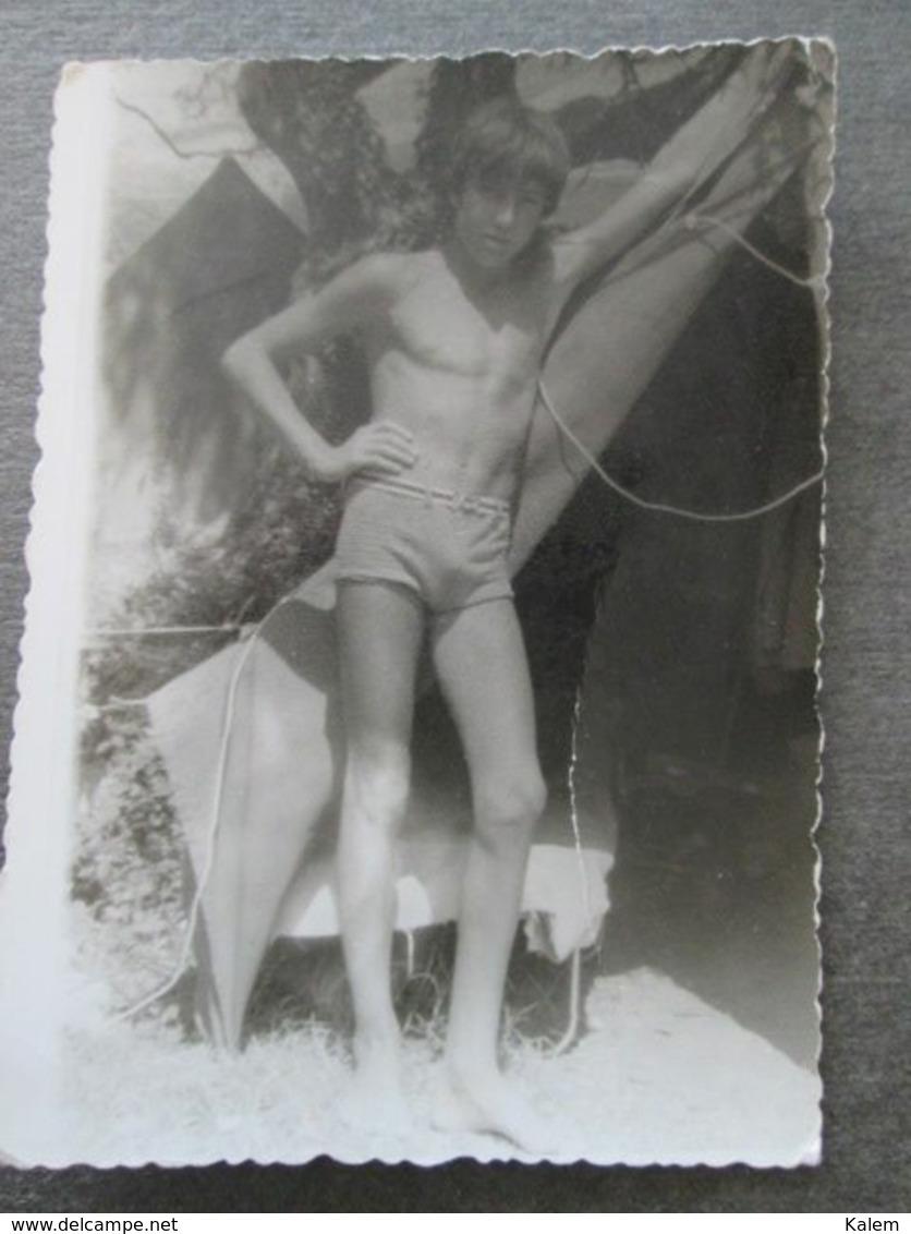 YOUNG BOY IN SWIMSUIT, JEUNE GARÇON EN MAILLOT DE BAIN,PHOTO FROM 1972, ORIGINAL PHOTO - Personnes Anonymes