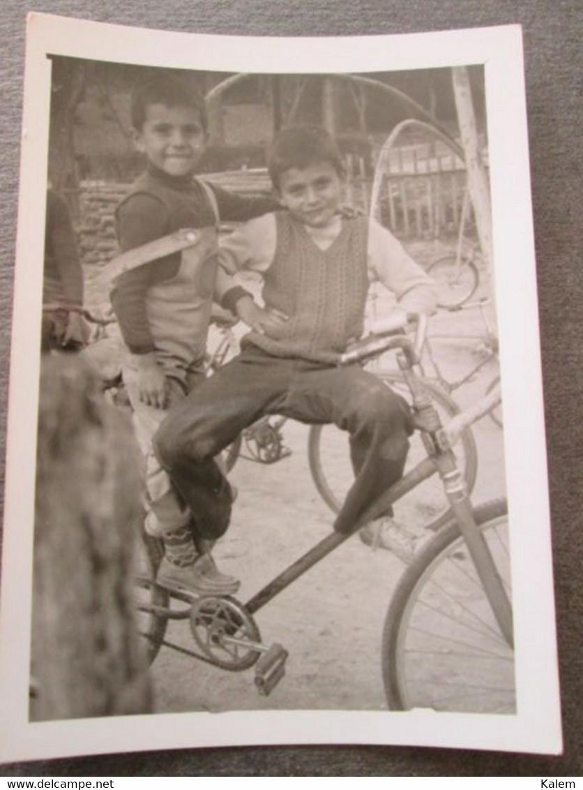 2 YOUNG BOYS ON A BIKE, 2 JEUNES GARÇONS SUR UN VÉLO, ORIGINAL PHOTO - Personnes Anonymes