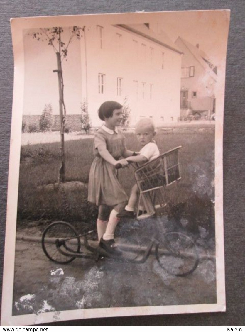YOUNG GIRL WITH BABY ON A BIKE, JEUNE FILLE AVEC BÉBÉ SUR UN VÉLO, ORIGINAL PHOTO - Personnes Anonymes
