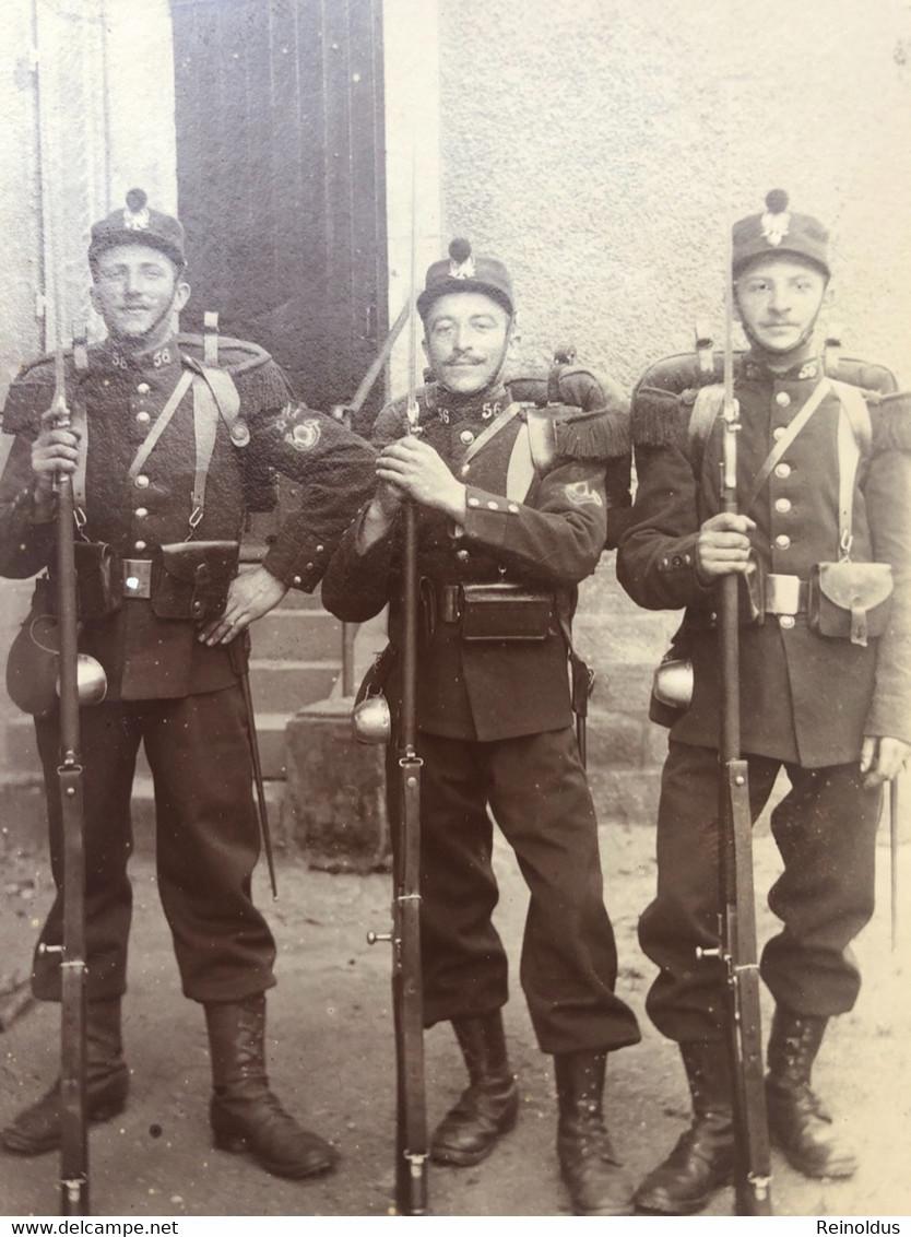 Foto Ak Soldats Francais Uniform 1910 Infanterie Regiment 56 Insigne - Uniformi