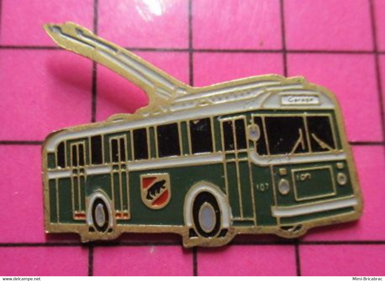 2619 Pin's Pins / Beau Et Rare / THEME : TRANSPORTS / AUTOBUS URBAIN ELECTRIQUE VERT ET BLANC RETRO - Trasporti