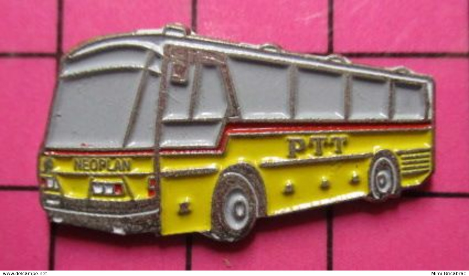 Sp07 Pin's Pins / Beau Et Rare / THEME : TRANSPORTS / AUTOBUS ROUTIER SUISSE JAUNE PTT NEOPLAN - Trasporti