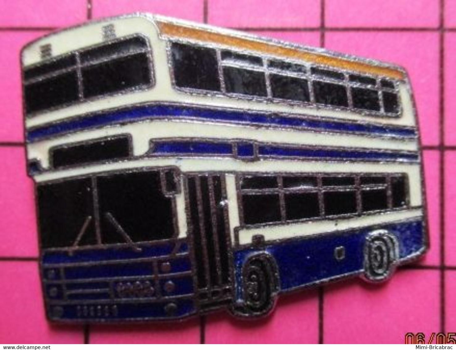 SP07 Pin's Pins / Beau Et Rare / THEME : TRANSPORTS / AUTOBUS ROUTIER A IMPERIALE BLANC ET BLEU - Trasporti