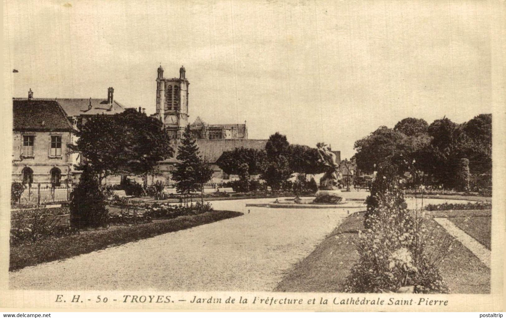 Troyes Jardin De La Fréfecture Et La Cathèdrale Saint Pierre  10Aube France Frankrijk Francia - Troyes