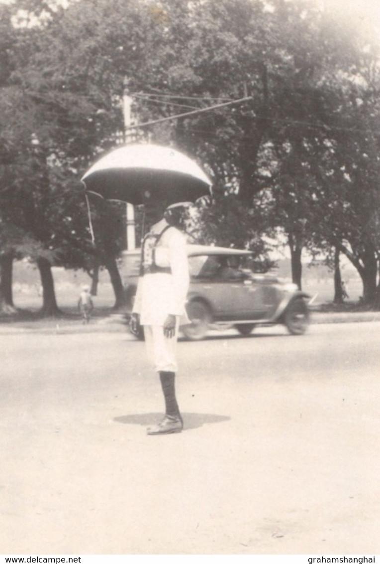 2 Photos Traffic Policeman With Umbrella Calcutta Kolkata India 1920s ? - Organizaciones