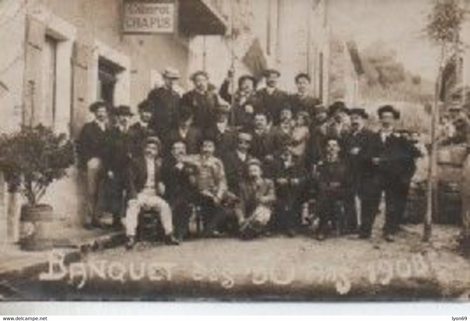 CATE PHOTO A IDENTIFIER Groupe De Vieux Conscrits DEVANT LE CABARET CHAPUS - Zu Identifizieren