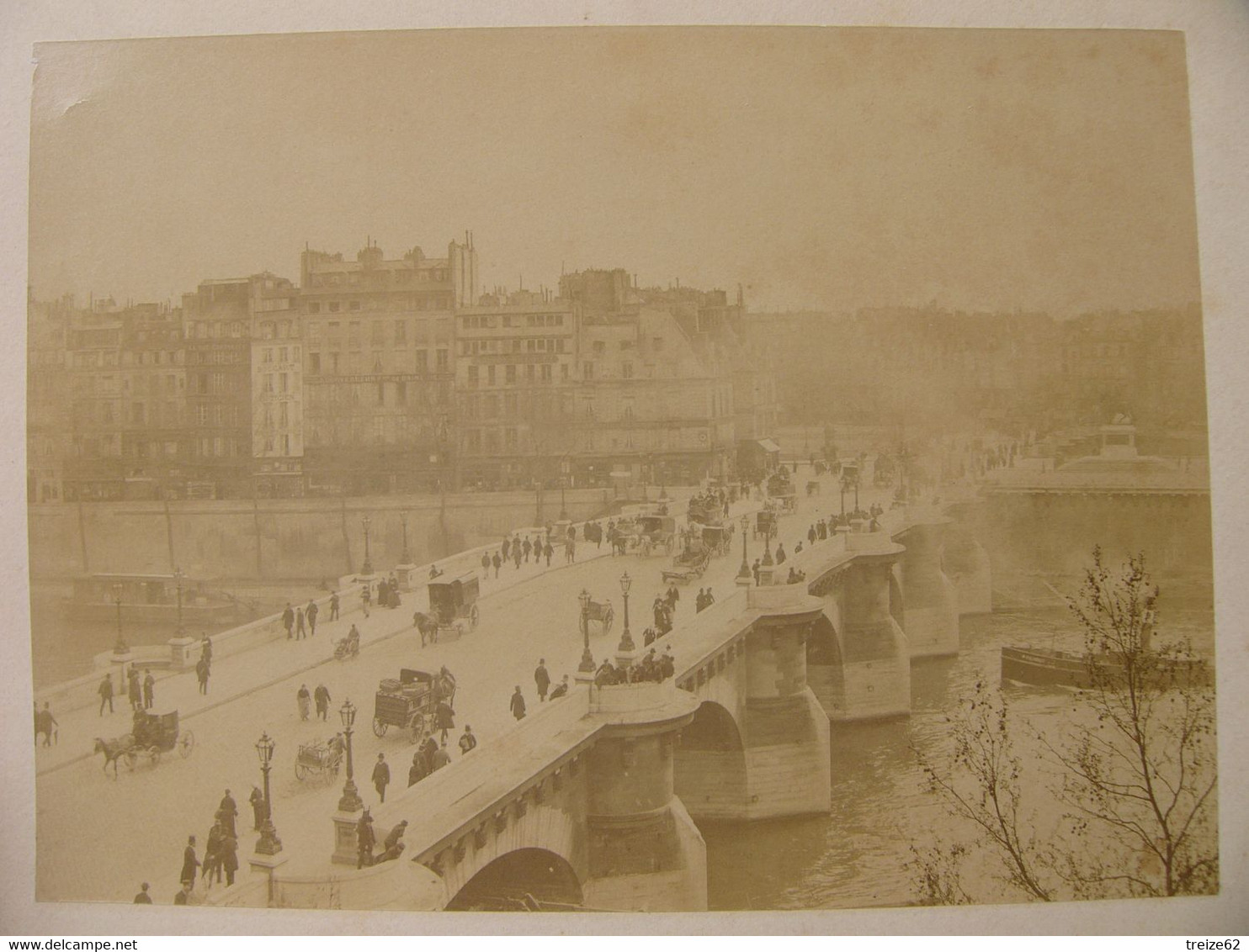 Photo Ancienne PARIS Le Pont Neuf  Animé Carrosse Charette Bateau Façades De Magasins Au Loin : Boucart Opticien + - Anciennes (Av. 1900)
