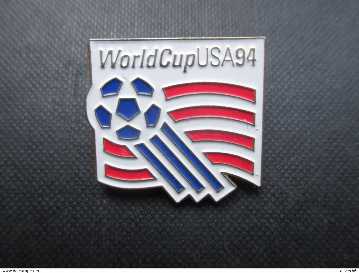 PIN'S (M2114) WORLD CUP USA 94 (2 Vues) Drapeau De La World Cup Sur Fond Blanc - Calcio