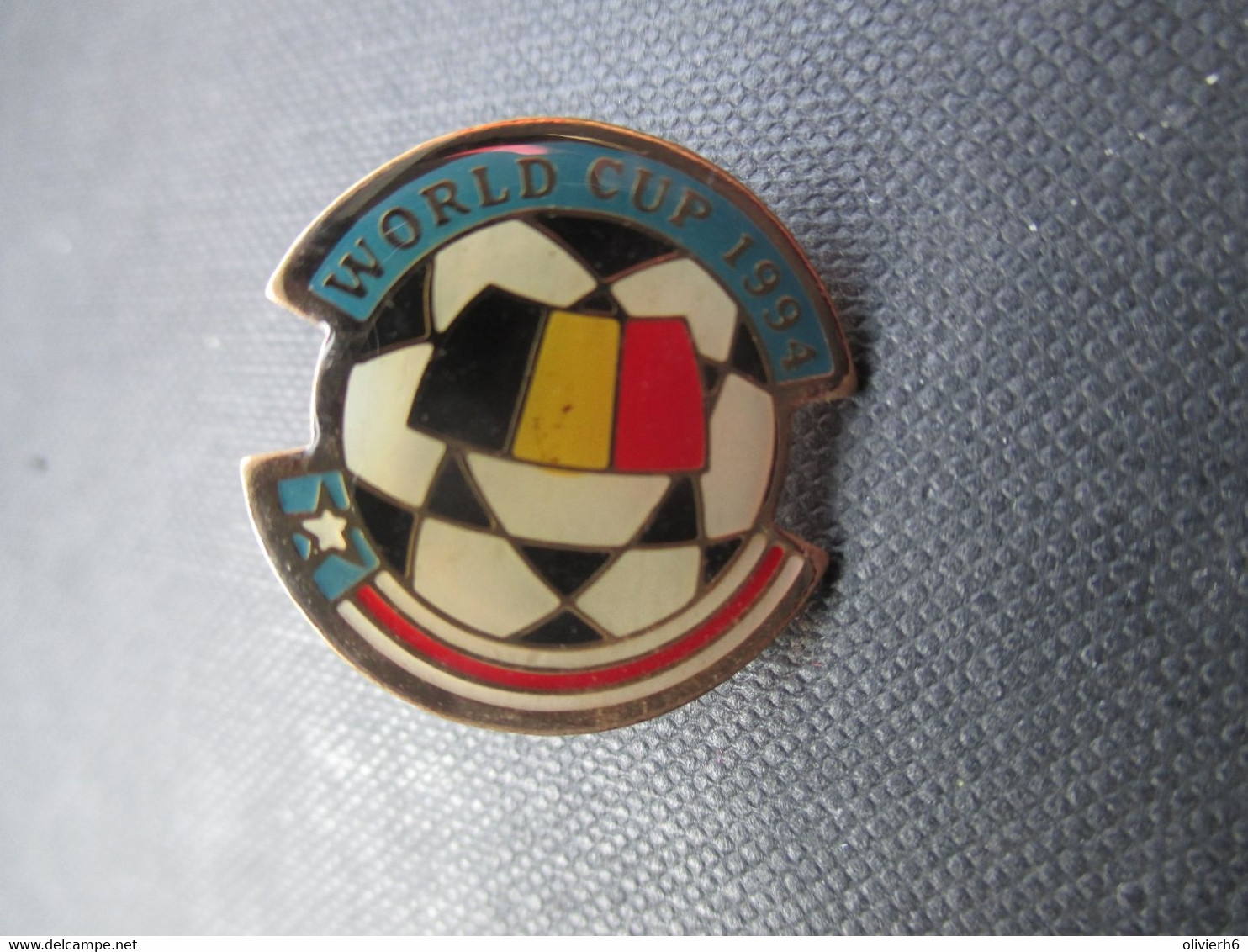 PIN'S (M2114) WORLD CUP USA 94 (2 Vues) Ballon Avec Drapeau Belge - Calcio