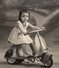 Photo Originale Jeu & Jouet - Splendide Scooter Vespa Pour Enfant, Piloté Par Une Jolie Petite Fille En Studio - Objets