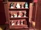 TRES BELLE VITRINE EN BOIS AVEC 12 FEVES DISNEY A VOIR ! - Disney