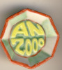 """FEVE  """"AN 2000"""" - ASSIETTE  OU PLAT OCTOGONAL - FOND VERT ET JAUNE - ENTOURAGE ROUGE - Unclassified"""
