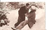 JEUNE COUPLE EMMITOUFLE  DANS LA NEIGE      REF 22185 - Couples