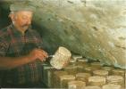 CPM Cave, Homme, Fromage, Fourme Fermière / Auvergne, Tradition, Campagne / Photo F. Debaisieux (63 Beaumont) - Paysans